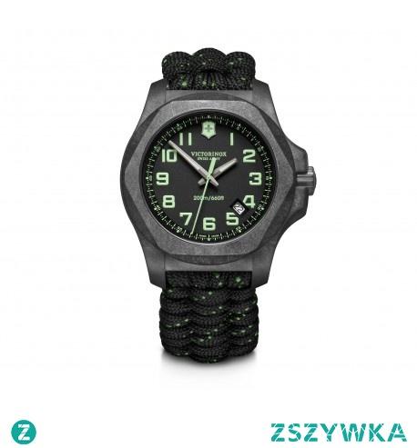 Victorinox inox carbon to zegarek, który charakteryzuje się solidnym wykonaniem i nowoczesnym designem. Tarcza zegarka została stworzona z włókna węglowego, który przeszedł cały szereg testów wytrzymałościowych.