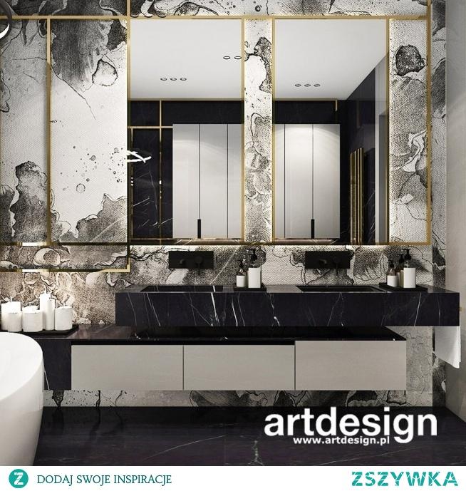 Piękna nowoczesna łazienka w kontrastowej kolorystyce podkreślonej detalem złotej ramy.