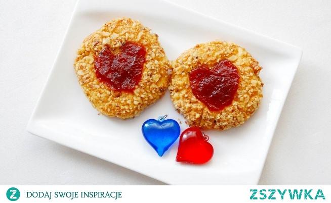 Ciasteczka z orzechami włoskimi i marmoladą. Ciasteczka, takie małe, a takie wspaniałe. Proste ciasto obtoczone w panierce z posiekanych orzechów włoskich, ukoronowane ulubionym dżemem lub marmoladą. Wspaniale smakują w zwykły dzień, jak również w takie specjalne, romantyczne Walentynki.