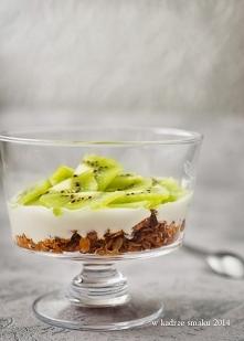 Granola z jogurtem i kiwi