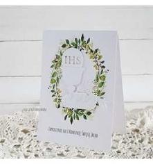 Delikatne zaproszenie na I Komunię Świętą, z motywem białego kielicha z hostią, na kwiatowym wieńcu. Kolorystyka dziewczęca.  Rozmiar 10,5x15cm. W komplecie z białą kopertą o po...