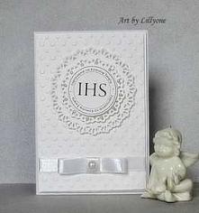 Delikatne zaproszenie, wykonaner z najwyższą starannością.  W kolorze bieli. Lekkości nadaje mu wstążka i perła.  W cenie wydruk i personalizacja.  Wymiary: 10,5 x 15 cm.  W kom...