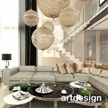 Lekkie wizualnie, nowoczesne schody w luksusowym domu z antresolą wpisują się w wysublimowany charakter wnętrza.