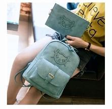 Kobiecy plecak z saszetką. Zapinany na zamek, wraz z przegródkami z regulowanymi paskami. Sztywny ekologiczny materiał.