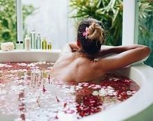 Chwila relaksu i odprężenia. Gorąca kąpiel z olejkami eterycznymi w płatkach róż. Coś wspaniałego ♥