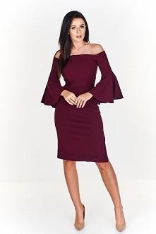Delikatna sukienka w kolorze wina idealnie sprawdza się w pracy jak i przy wi...