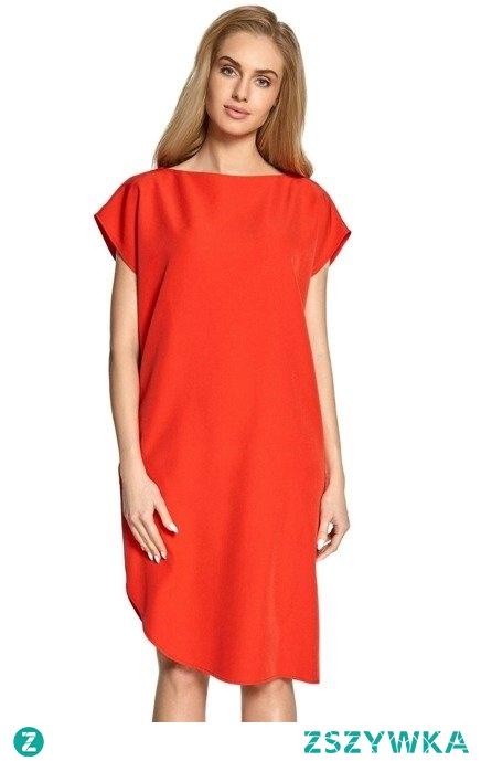 Elegancka sukienka o prostym kroju