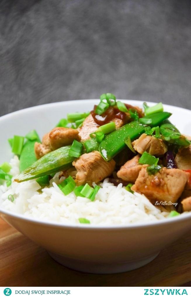 Ryż z kurczakiem po azjatycku z groszkiem cukrowym. Przepis po kliknięciu w zdjęcie.
