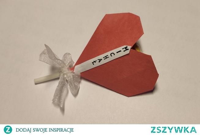 Serce z papieru wykonane techniką origami. Do środka serduszka można schować lizaka.