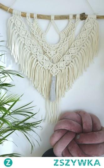 Nasza makrama, upleciona ręcznie z bawełnianych sznurków zawieszonych na drewnianym patyku. Wymiar 70x70m, kolor acru. Zapraszamy !