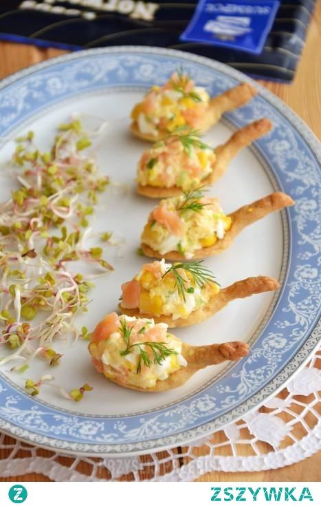 Kruche łyżeczki z sałatką z łososia.