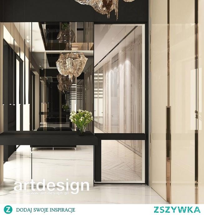 Głębia, rytm odbić, gra świateł - taki efekt tworzą we wnętrzu lustrzane powierzchnie. Elegancki hol wejściowy to zapowiedź pięknych wnętrz całego domu. | UNPARALLELED ELEGANCE | Wnętrza domu