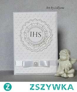 Delikatne zaproszenie, wykonaner z najwyższą starannością.  W kolorze bieli. Lekkości nadaje mu wstążka i perła.  W cenie wydruk i personalizacja.  Wymiary: 10,5 x 15 cm.  W komplecie z kopertą.