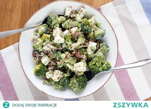 Sałatka z brokułami, suszonymi pomidorami i fetą