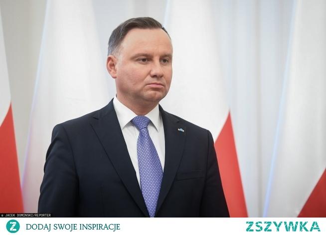 """""""To ja spadam"""" - krzyknął Duda Do rutynowego kłamstwa można się przyzwyczaić, ale bywają sytuacje tak bardzo oczywiste, że wywołują olśnienie. - Dla wielu osób taką sprawą było uparte twierdzenie polityków PiS, że przecież Lichocka tylko przetarła oko albo coś sobie wytarła spod oka. - Dla innych taką sprawą było twierdzenie marszałka Karczewskiego, że onkologia w Polsce ma się wyśmienicie, a onkologiczni pacjenci są zadowoleni.  Takie oburzające kłamstwa działają jak błyskawica nagle rozświetlająca zakłamaną naturę pisowskiej polityki. Pod wpływem poruszenia ludzie widzą nagle całe kłębowisko oczywistych kłamstw, do których wcześniej może nie przywiązywali wagi. A kiedy nakłada się na to klinicznie absurdalne kłamstwo prezydenta (np. że drożyzna w Polsce wynika z napięcia na Bliskim Wschodzie), hałda jego własnych i jego partii kłamstw wali się na głowę państwa walczącą o drugą kadencję."""