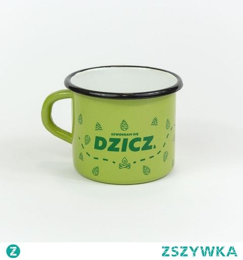 Emaliowany kubek z nadrukiem turystycznym Kubek metalowy DZICZ idealnie nadaje się do codziennego użytku oraz na różnego rodzaju wycieczki oraz pikniki. Jest on uniwersalny i ponadczasowy. Posiada szerokie zastosowanie, m.in. może posłużyć do parzenia kawy i herbaty oraz przygotowania błyskawicznej zupki.   Zielony kubek emaliowany ozdabia wytrzymały i odporny na zmywanie nadruk wykonany w technice sitodruku. Przedstawia on duży napis DZICZ w otoczeniu choinek i szyszek, pomiędzy którymi wiedzie kręty szlak. Kubek turystyczny może być ciekawym uzupełnieniem Waszego podróżniczego ekwipunku. Z pewnością sprawdzi się na górskich szlakach w czasie wyrypy, jak i szwendania po chaszczach w lesie.