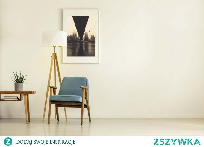Model lampy podłogowej LAGOS GOLD prezentuje się niezwykle elegancko. Diamentowy abażur wzbogacony jest o złote wnętrze, które znacznie wpływa na emitowane z jego wnętrza światło, staje się ono cieplejsze i przyjemniejsze dla oka. Stelaż lampy składa się z 3 zgrabnych nóżek, które wykonane są z drewna sosnowego. Całość kompozycji lampy sprawi, że Twój dom wraz z oświetleniem LAGOS GOLD zyska na atmosferze oraz stanie się niezastąpioną dekoracją świetlną.  Lampa dostępna jest w 5 kolorach abażura: biały ze złotym wnętrzem (złoty połysk), czarny ze złotym wnętrzem (złoty mat), zieleń butelkowa ze złotym wnętrzem (złoty mat), szary stalowy ze złotym wnętrzem (złoty mat), granatowy ze złotym wnętrzem (złoty mat). Oraz w 5 odcieniach stelaża: biały, dąb, heban, mahoń, popielaty.