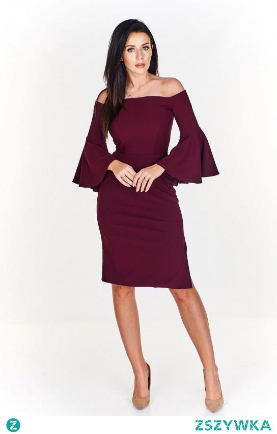 Delikatna sukienka w kolorze wina idealnie sprawdza się w pracy jak i przy wieczornym wyjściu z ukochanym.