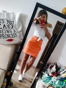 letnia stylówka z neonową spódniczką, więcej na ig asskuuu