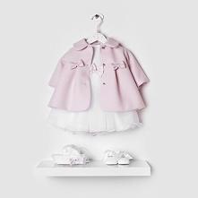 Pudrowy płaszczyk do chrztu, który sprawdzi się także na komunię czy wesele dla Twojej dziewczynki. Bo stylu uczymy się małego!