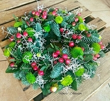 Has anyone said that wreaths must be boring? On the photo arrangement made of chrysanthemum flowers 'Santini', Hypericum inodorum 'Magical Beauty' and Caloce...