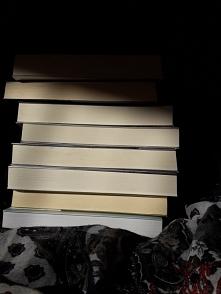stos książek - światło i cień
