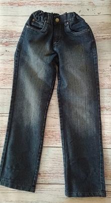 Sprzedam spodnie jeansowe dziecięce R: 140/146  I. Opis  Zapinane na suwak i metalową haftkę.  Kieszenie z przodu i z tyłu.  Proste nogawki.  Regulacja w pasie za pomocą gumek. ...