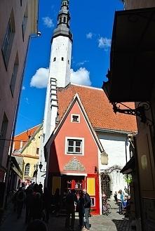 Koścół sw Ducha z XIII odnawiany  w1668 a 400 letni zegar chodzi na zewnętrznej ścianie. Czerwona kamieniczka rzemieślnika