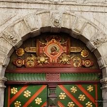wejście do domu Bractwa Czarnogłowych