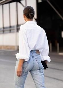 Biała koszula w akcji