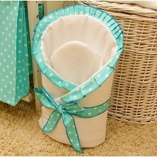becik niemowlęcy z falbaną jest wykonany z czystej bawełny. Posiada rzep, dzięki czemu łatwo nadać mu odpowiedni kształt podczas otulania niemowlęcia.