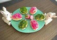 Przepis z: blogzapetytem.pl Wielkanocne jajeczka faszerowane Ciekawy pomysł na kolorowe jajka nadziane pysznym farszem, które pięknie zaprezentują się na świątecznym stole. Skła...