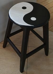 stolik do fotela ze starego taboretu