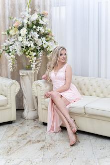 Asymetryczna, różowa sukienka w połączeniu z delikatną, zdobioną koronką górą...