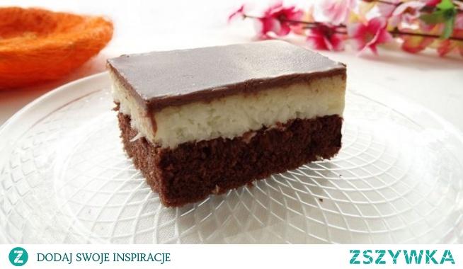 Ciasto Bounty. Przedstawiamy przepis na fantastyczne ciasto, inspirowane batonikiem o nazwie Baunty. Wilgotne i bardzo dobre ciasto czekoladowe, masa kokosowa, która smakuje obłędnie i ta pyszna polewa czekoladowa… Przepis jest bardzo prosty i mało pracochłonny, wiec nie czekajcie tylko do roboty!