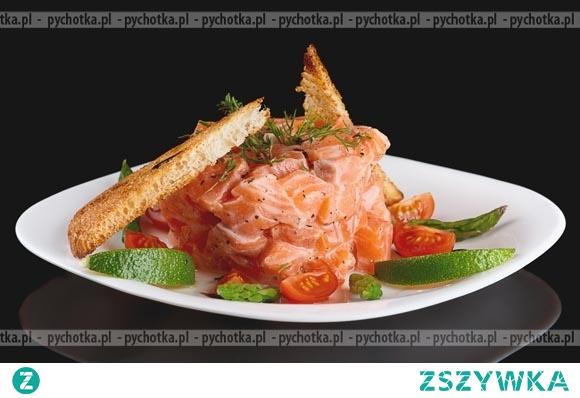 Łosoś na parze z cebulą i pomidorami
