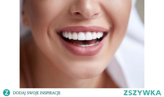 Jak naturalnie dbać o zęby? Na pewno należy regularnie je myć, ale równie ważne jest to, czym to robimy. Dobra szczoteczka to jedno, warto zadbać też o odpowiednią pastę. Może ona mieć naturalny skład.