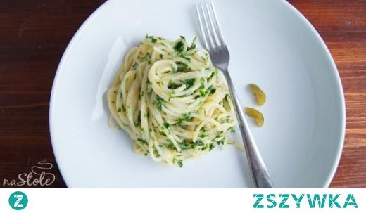 Makaron spaghetti z pesto pietruszkowym