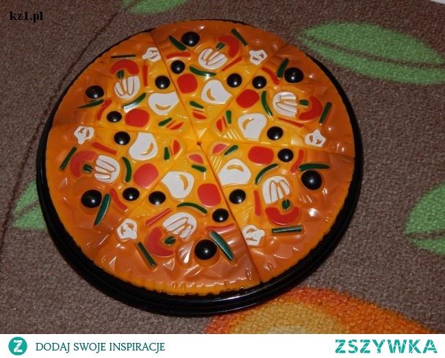 Propozycje do zabawy z wykorzystaniem plastikowej pizzy.