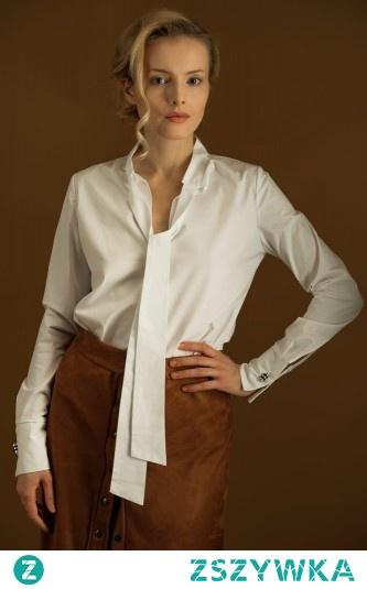 Biała koszula ze stójką wykończoną szarfą. Szarfa może być wiązana a'la krawat lub też możesz związać ją w kokardę.  Koszula jest wkładana przez głowę, taliowana. Nie jest pasowana, co powoduje, że z pewnością będziesz czuć się w niej swobodnie. LINK DO OFERTY PONIŻEJ!
