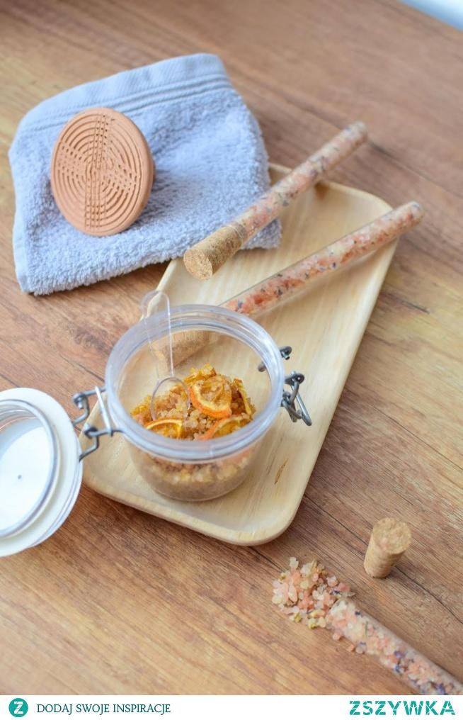 Relaksująca kąpiel - pomysł na to, co robić w czasie kwarantanny. A żeby się zrelaksować, warto do wanny dodać sól przygotowaną we własnej kuchni! Przepis po kliknięciu w zdjęcie.