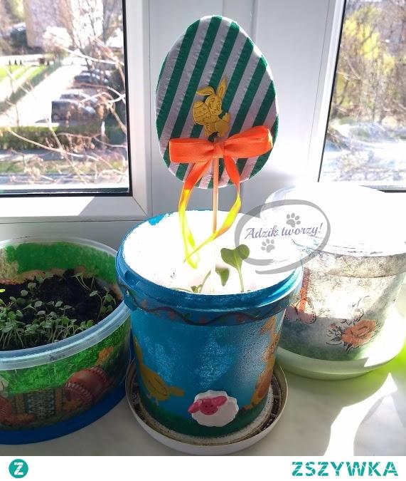 Szybkie i łatwe w wykonaniu dekoracje na Wielkanoc? To możliwe! W dodatku zrobisz je z tego, co znajdziesz w domu - takie kreatywne zero waste i upcykling w jednym. ;)  Instrukcje na dekoracje wielkanocne na patyku znajdziesz po KLIKnięciu w zdjęcie oraz na blogu DIY Adzik-tworzy.pl