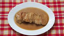 Schab w sosie. Niebagatelny pomysł na pyszny obiad. Schab podsmażony i gotowany w sosie jest pysznym dodatkiem do ziemniaków, ryżu czy kaszy. Smakiem zachwyci i dzieci i dorosłych.