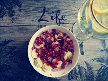 Dzisiejsze śniadanie... Na bogato... Wczoraj robiłam jogurcik z borówkami i truskawkami, więc postanowiłam zrobić z tego joguciku dzisiejsza owsiankę, a do tego granat i banan.....