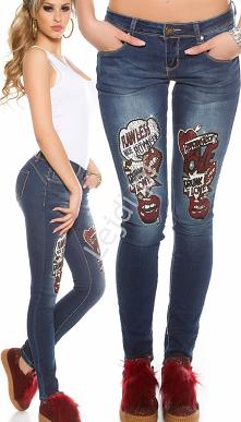 Niebieskie jeansy z modnymi...