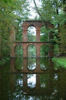 Romantyczny park w Arkadii. Powstał w końcu XVIII w., w stylu angielskim i ukazuje powrót do zainteresowania architekturą antyku.