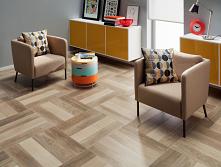 Ciepło drewnianej podłogi i funkcjonalność płytek - takie właśnie są cokoły podłogowe ELM!