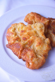 Schab moczyć całą noc w mleku z cebulą i czosnkiem, solą, pieprzem, kminkiem (tłuczek przed ubijaniem moczyć w marynacie, można wbijać czosnek w mięso). Ziemniaki ugotować z liś...