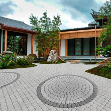 Pozornie proste elementy o rożnych barwach i kształtach mogą stworzyć naprawdę niepowtarzalne mozaiki! Sprawdź ofertę cenionego producenta kostki brukowej!
