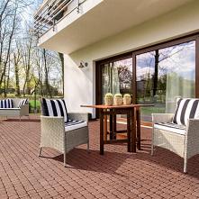 Wygodne fotele, praktyczny stolik i rytuał porannej kawy na słonecznym tarasie z kostki brukowej! I czego chcieć więcej? :)